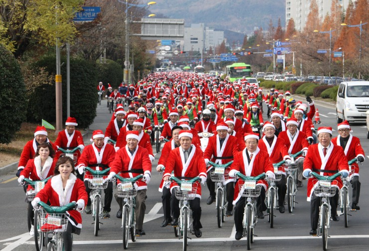 santa-bicycle-parade